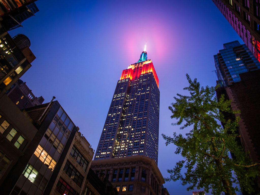 abend in new york empire state building beleuchtet